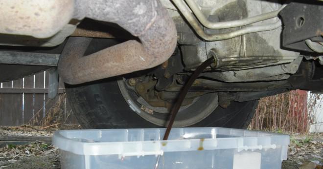Hur vet man att det finns för mycket olja i bilen?