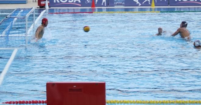 Hur många fötter var vattenpolo poolen i olympiska spelen 2012?