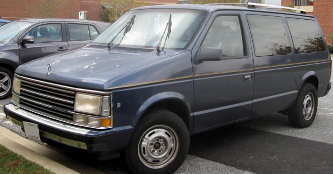 Hur du justera strålkastarna på en 1996 Plymouth Voyager?