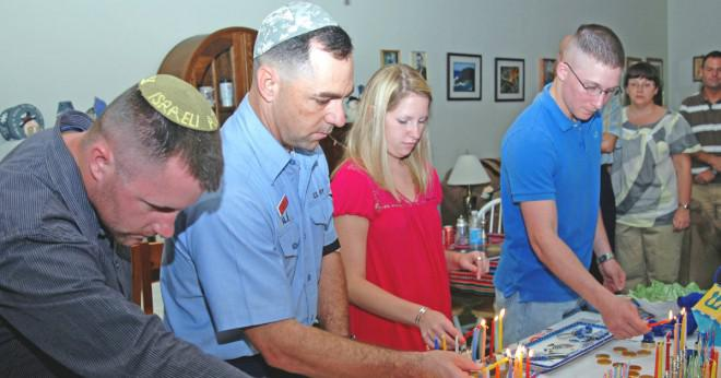 Vilket land firar Kwanzaa jul Hanukkah och Ramadan firas?
