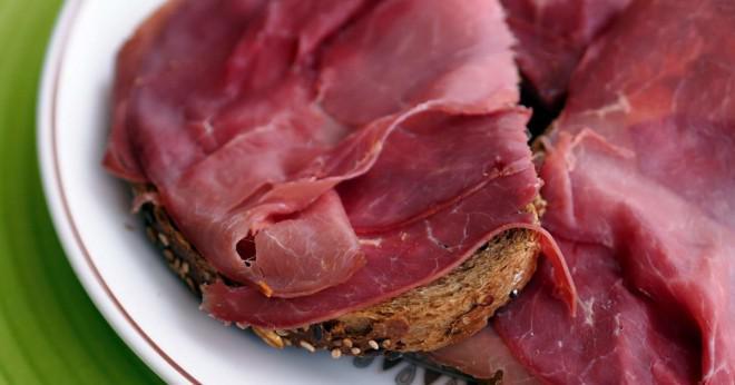 Är rått kött eller kokt kött bättre för en hund att äta?