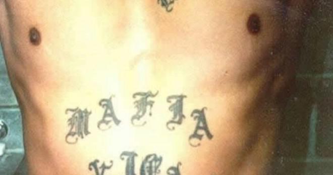 Vad är meningen med en hand på axeln tatuering?
