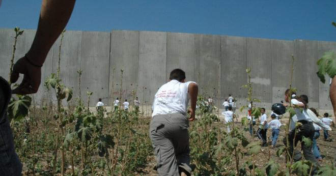 Berlinmuren hur många miles lång var väggen?
